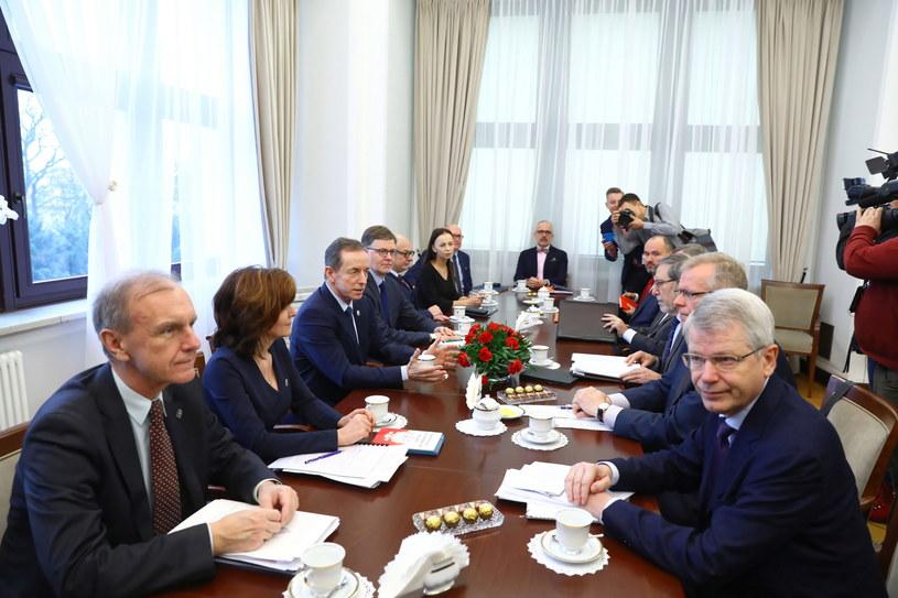 Marszałek Senatu Tomasz Grodzki oraz sekretarz Komisji Weneckiej Thomas Markert przed spotkaniem w Senacie /Rafał Guz /PAP