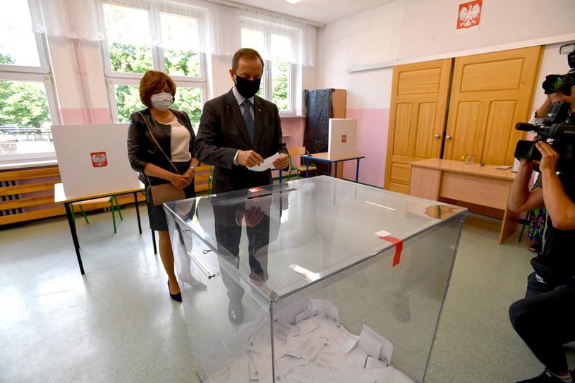Marszałek Senatu Tomasz Grodzki z żoną Joanną podczas głosowania w Szczecinie /Marcin Bielecki   /PAP