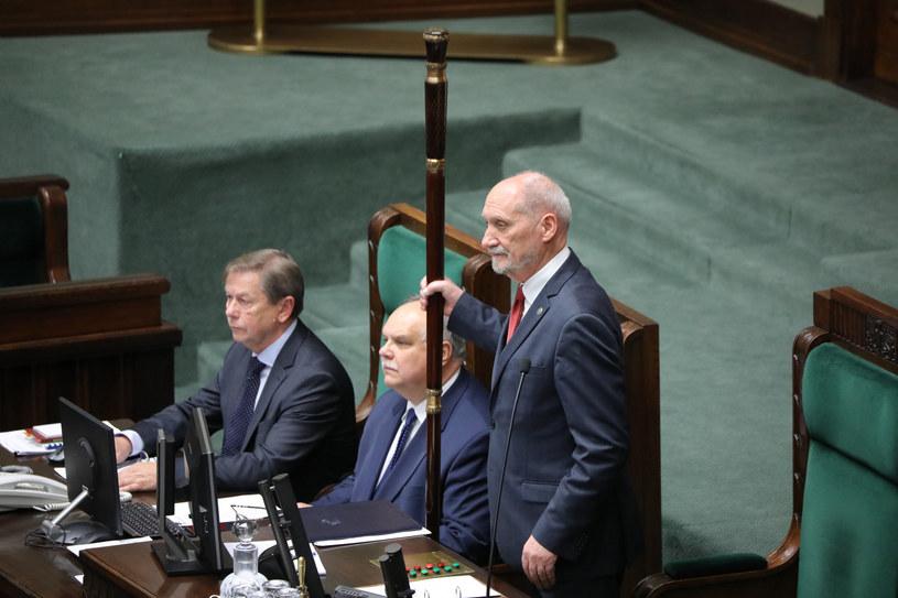 Marszałek senior Antoni Macierewicz otwiera pierwsze posiedzenie Sejmu IX kadencji /Piotr Molecki /East News