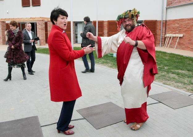 Marszałek województwa lubuskiego E. Polak (L) tańczy z Bachusem (P) podczas uroczystości otwarcia /PAP