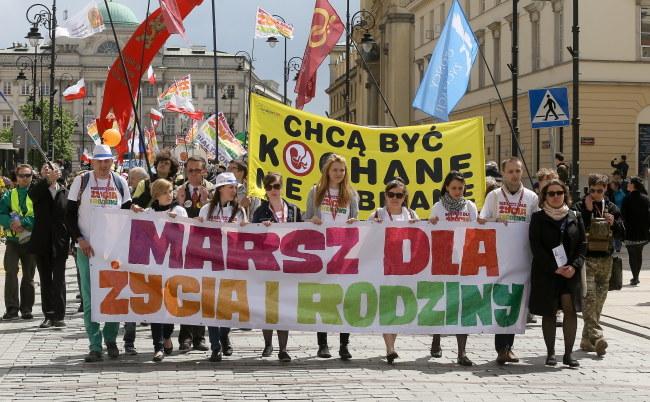 """Marszu dla Życia i Rodziny w Warszawie. Tegoroczny marsz odbył się pod hasłem """"Każde życie jest bezcenne!"""" fot. Paweł Supernak /PAP"""