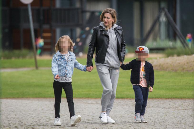 Marta Glik, żona Kamila Glika, z dziećmi /Michal Jaroczynski/REPORTER /Reporter