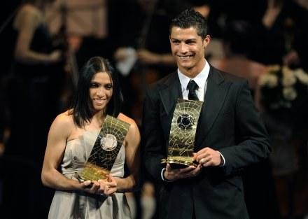 Marta i Cristiano Ronaldo  z  nagrodami FIFA. /AFP
