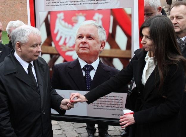 Marta Kaczyńska (P) oraz prezes PiS Jarosław Kaczyński (L) podczas otwarcia wystawy/fot.J.Bednarczyk /PAP