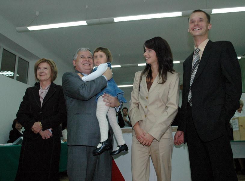 Marta Kaczyńska pozuje z rodzicami, pierwszym mężem i córką Marcina Dubienieckiego, Ewą /East News