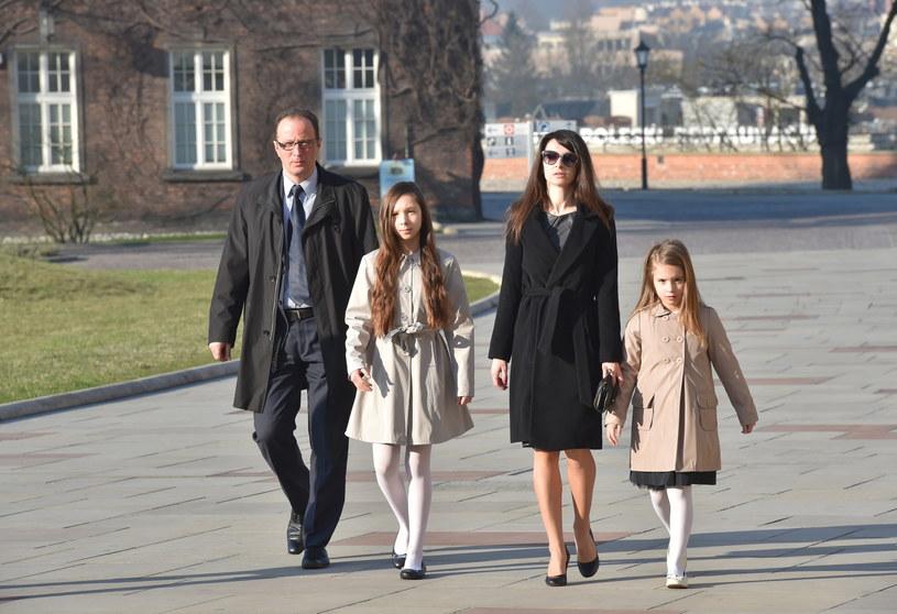 Marta Kaczyńska z córkami, w drodze do krypty pod Wieżą Srebrnych Dzwonów na Wawelu /Jacek Bednarczyk /PAP