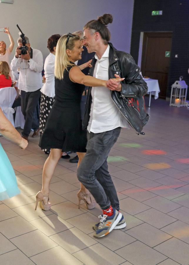 Marta Manowska con su pareja en la boda de Adam Swirski / Filip Radwański / AKPA