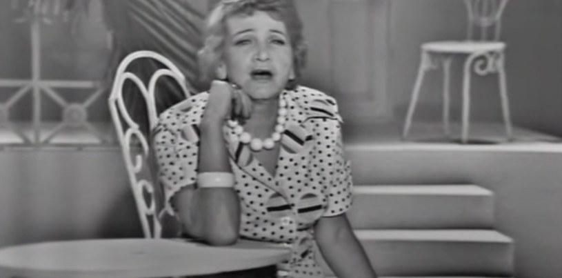 """Marta Mirska w swoim teledysku do piosenki """"Pierwszy siwy włos"""" (screenshot z Youtube.com). /Screenshot z YouTube.com /materiał zewnętrzny"""