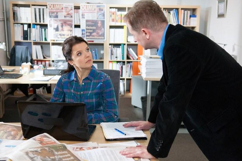 Marta odda szefowi nowy artykuł, pełen bzdurnych i nieprawdopodobnych informacji /Agencja W. Impact