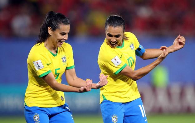Marta (po prawej) świętuje zdobycie gola z Thaisą /TOLGA BOZOGLU /PAP/EPA