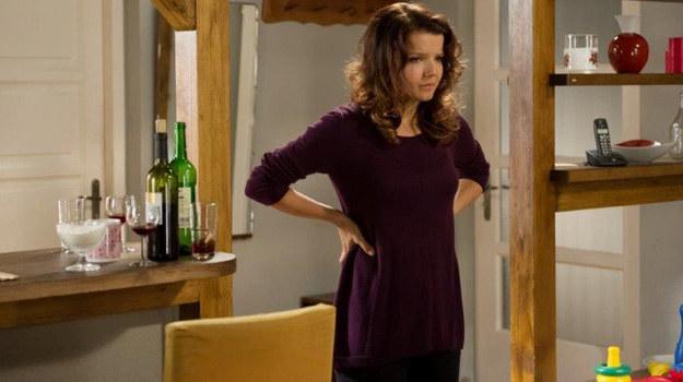Marta po raz kolejny nie radzi sobie z problemami i topi je w alkoholu... /TVN