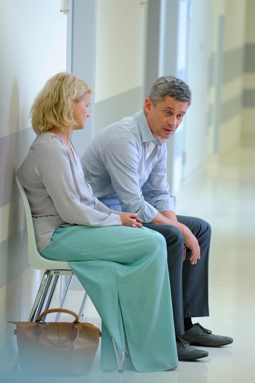 Marta stara się pocieszyć Wiktora, ale nic nie jest w stanie ukoić jego bólu... /Agencja W. Impact