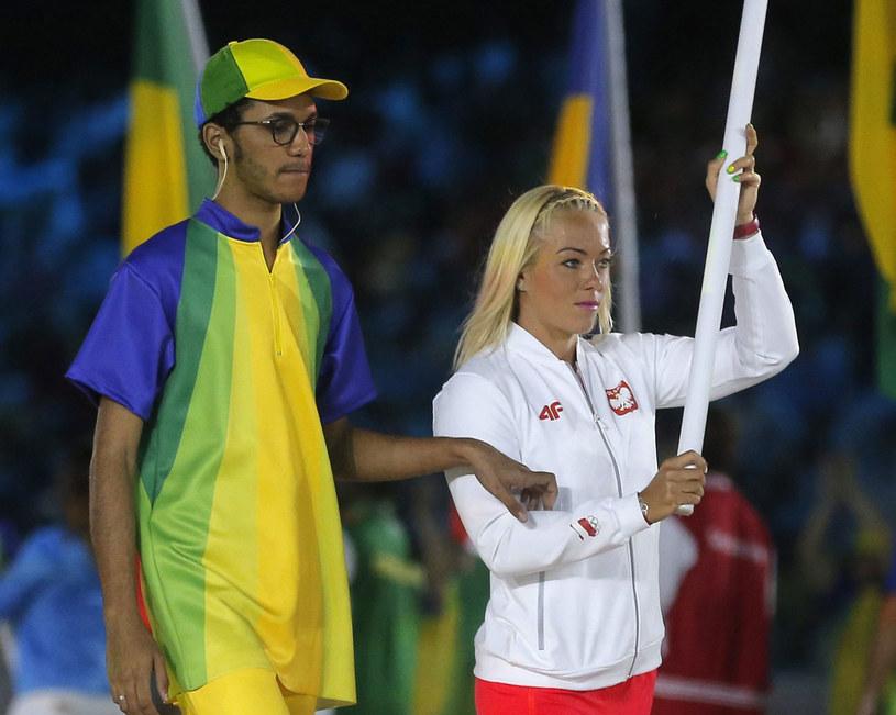 Marta Walczykiewicz z polską flagą na ceremonii zamknięcia igrzysk /PAP/EPA