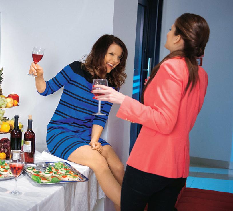 """Marta z """"Na Wspólnej"""" bardzo szybko nauczyła się rozładowywać wszystkie swoje stresy kolejnymi kieliszkami wina /Świat Seriali"""