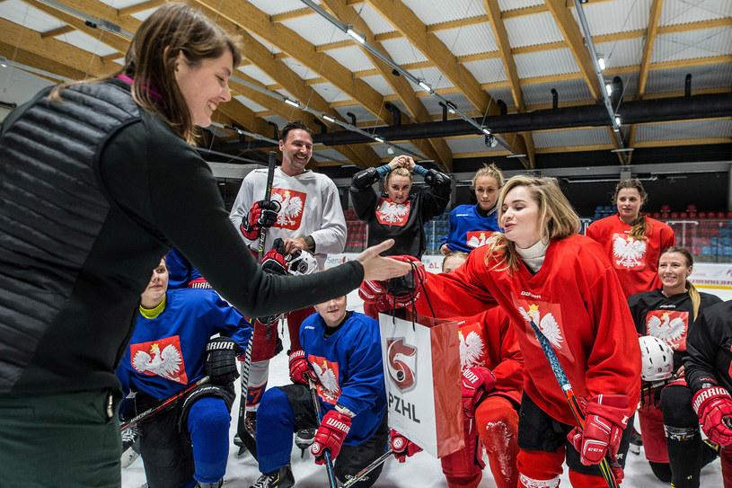 Marta Zawadzka z zarządu PZHL i IIHF wręczyła koszulkę Ewelinie Lisowskiej /Michał Chwediuk /INTERIA.PL/Informacja prasowa