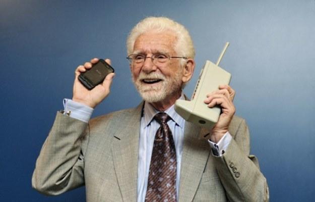 Martin Cooper oraz Motorola DynaTAC 8000X (to ten telefon z prawej strony, jeśli ktoś nie wie:) /AFP