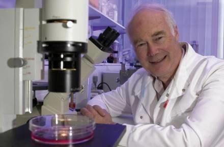 Martin Evans - jeden z zeszłorocznych laureatów /AFP