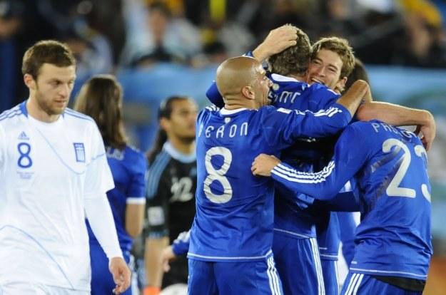 Martin Palemo odbiera gratulacje od swoich kolegów po strzelonym golu /AFP