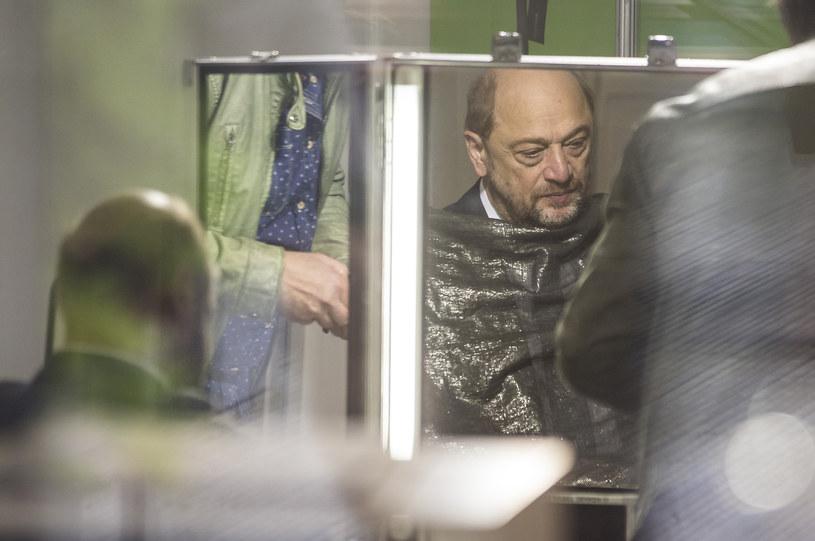 Martin Schulz przygotowuje się do występu w telewizji /AFP