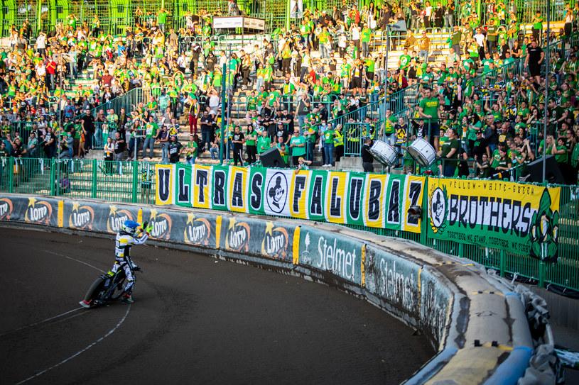 Martin Vaculik dziękuje kibicom Falubazu za doping /Mateusz Wójcik /Newspix