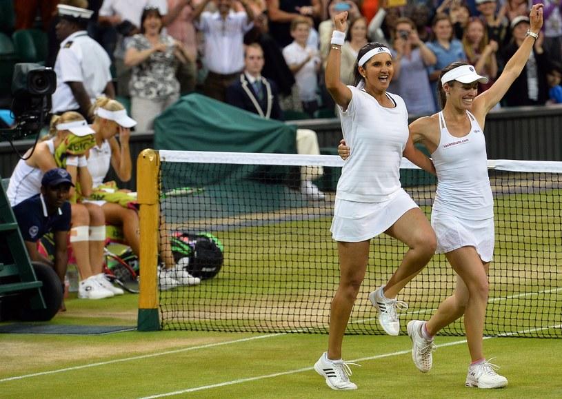 Martina Hingis (z prawej) i Sania Mirza cieszą się ze zwycięstwa /AFP