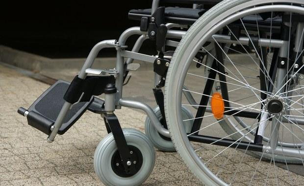 Martwy mężczyzna na wózku inwalidzkim. Makabryczne odkrycie w Szczecinie