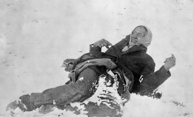 Martwy wódz Lakotów Wielka Stopa (ang. Big Foot) po masakrze nad Wounded Knee /East News