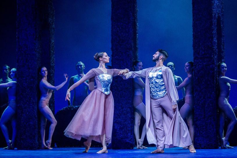 """Martyna Dobosz, Alferd Grambone oraz Balet Opery Krakowskiej w spektaklu """"Sen nocy letniej"""", fot. Ryszard Kornecki /materiały prasowe"""