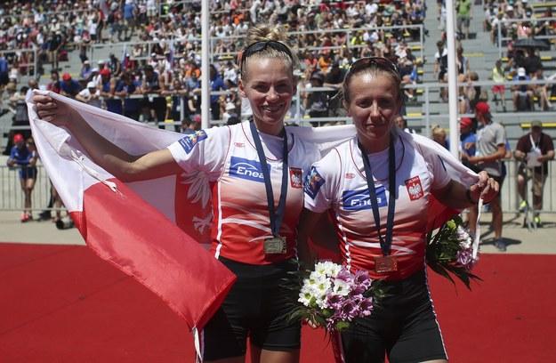 Martyna Mikołajczak i Weronika Deresz ze złotymi medalami wioślarskich mistrzostw Europy /Martin Divisek /PAP/EPA