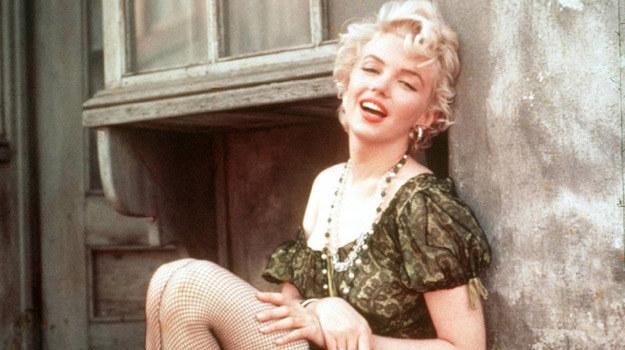 """Marylin Monroe ubrana w rzeczony gorset w scenie z filmu """"Przystanek autobusowy"""" /materiały prasowe"""