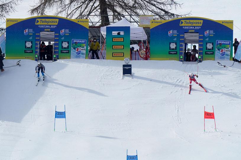 Maryna Gąsienica-Daniel (z prawej) oraz  Estelle Alphand rywalizują podczas slalomu równoległego w MŚ 2021 w Cortina d'Ampezzo /Francis Bompard/Agence Zoom /Getty Images