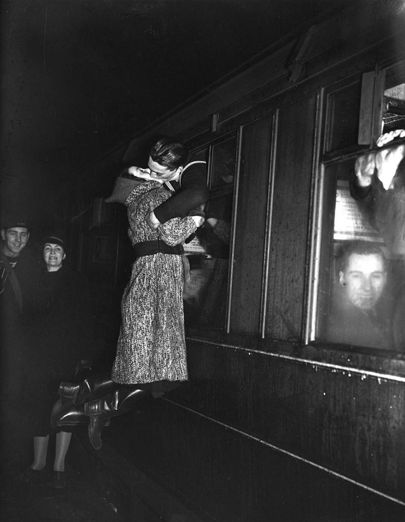 Marynarz żegnający swoją dziewczynę /George W. Hales /Getty Images