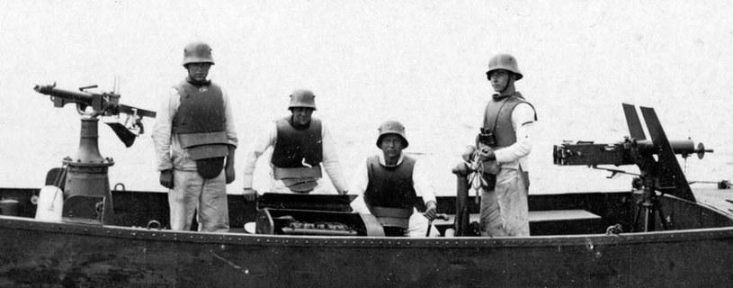 Marynarze Flotylli Pińskiej w 1920 roku. Od połowy 1919 roku wyposażeni byli w poniemieckie hełmy i pancerze piersiowe /archiwum S. Zagórskiego /INTERIA.PL/materiały prasowe