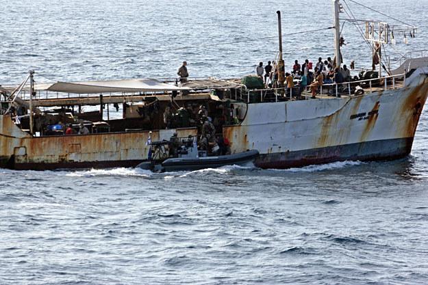 Marynarze jednego z okrętów pełniących służbę w ramach misji UE kontrolują podejrzany statek /AFP