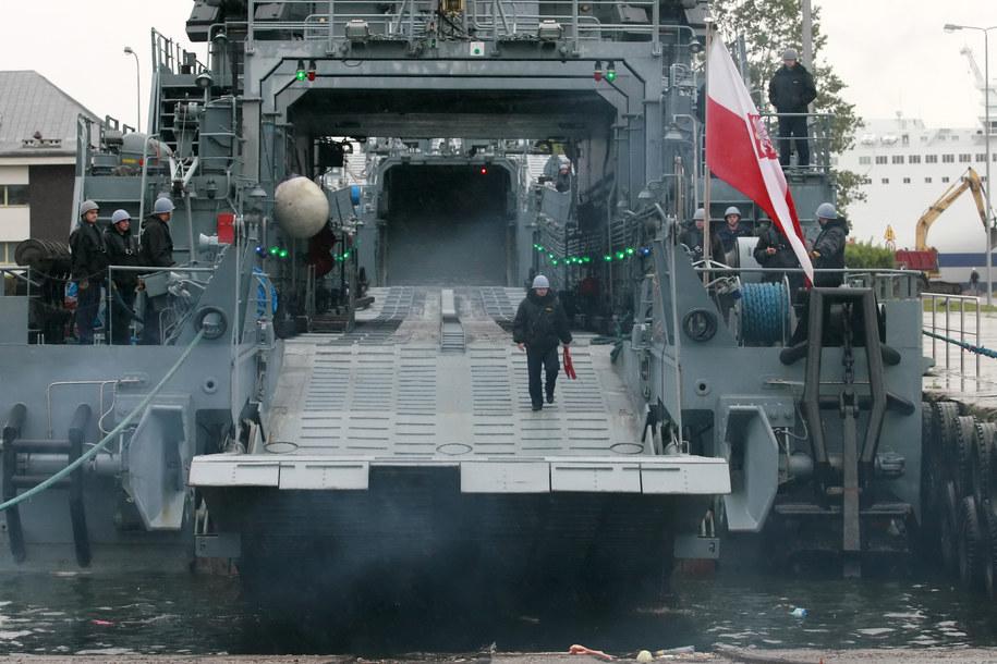 Marynarze przygotowują furtę rufową okrętu ORP Gniezno do załadunku w porcie wojennym w Świnoujściu / Lech Muszyński    /PAP
