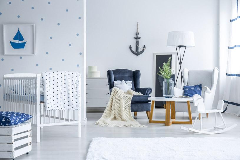 Marynistyczna dekoracja ściany i poszewki na jaśki w kotwice. Taki wystrój sprawi,  że poczujesz się jak na urlopie /123RF/PICSEL