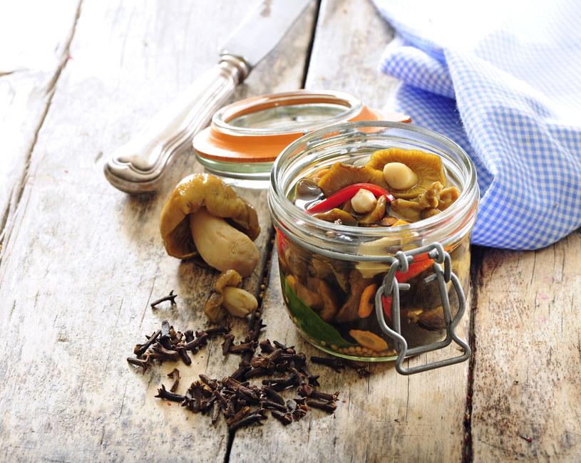 Marynowane grzyby sprawdzają się jako dodatek do mięsnych potraw /123RF/PICSEL