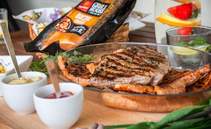 Marynowanie mięsa to jeden z najlepszych sposobów na przygotowanie pysznego dania z grilla/fot. Martyna Taras Filmsee /INTERIA.PL