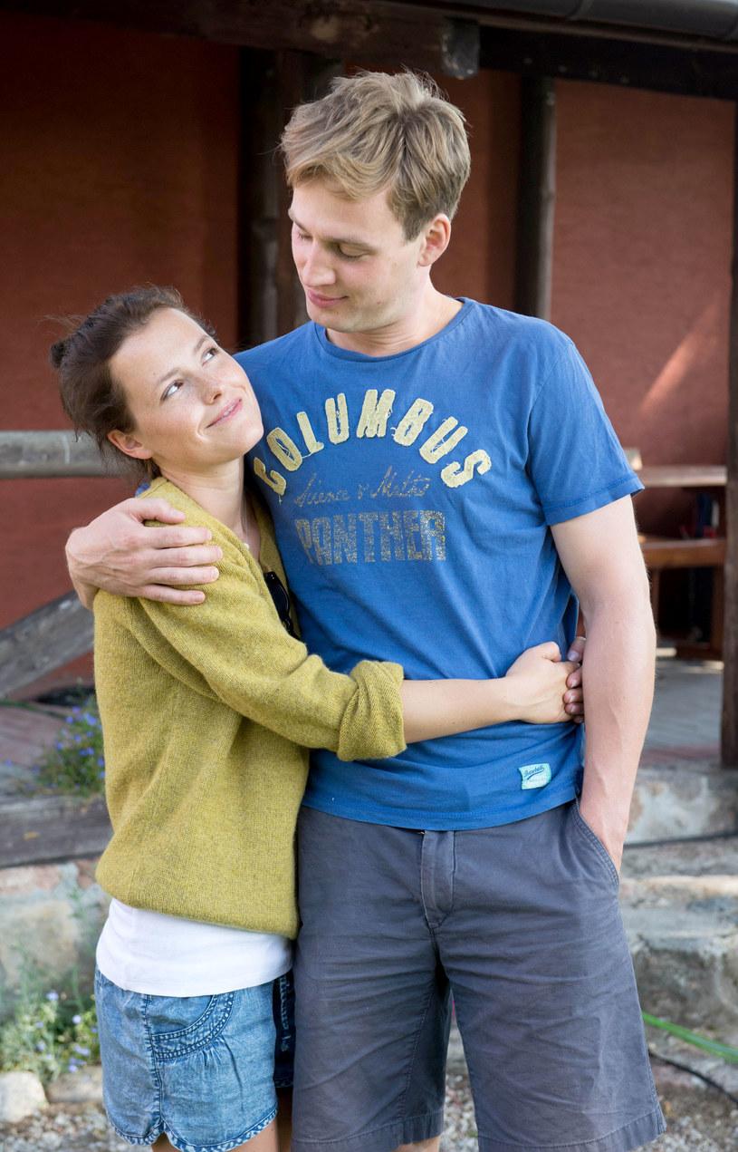 Marysia i Krzysztof (Olga Frycz i Mateusz Janicki): Życie u boku Krzysztofa nie będzie, jak spodziewała się Marysia, sielanką. Na ich miłości pojawi się mnóstwo rys. /Agencja W. Impact
