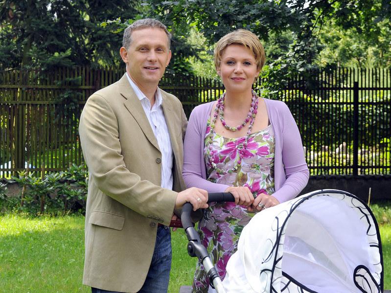 Marysia (Małgorzata Pieńkowska) i Artur (Robert Moskwa) zostali właśnie szczęśliwymi rodzicami Basi /AKPA