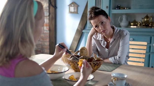 Marysia (Olga Frycz) zwierza się Małgosi (Joanna Brodzik), że myśl o urodzeniu dziecka /Agencja W. Impact