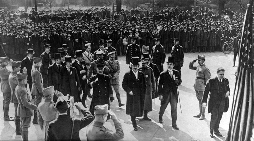 Marzec 1918 r. Ignacy Jan Paderewski przed ratuszem w Nowym Jorku. Wielki pianista organizuje w USA poparcie na rzecz odbudowy państwa polskiego. /Z archiwum Narodowego Archiwum Cyfrowego