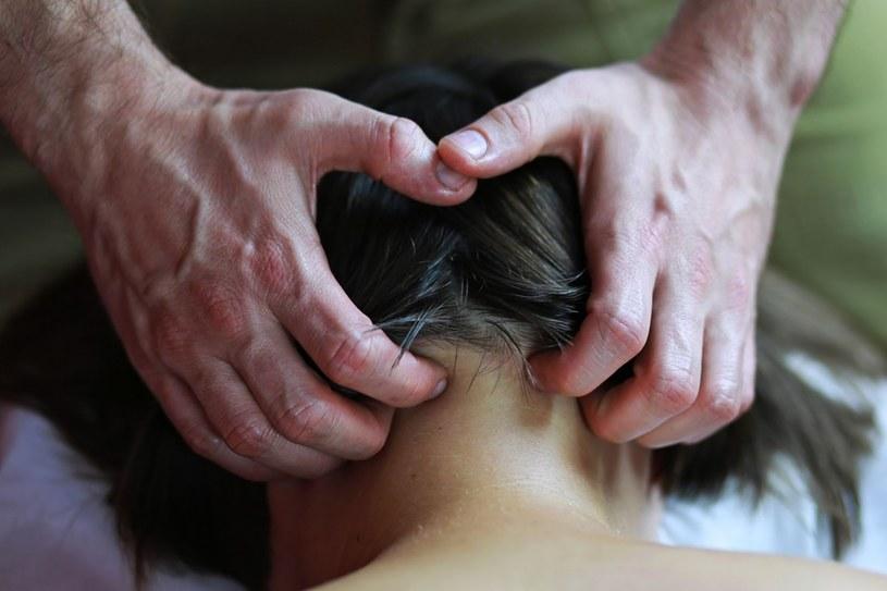 masaż nerwu potylicznego /© Photogenica