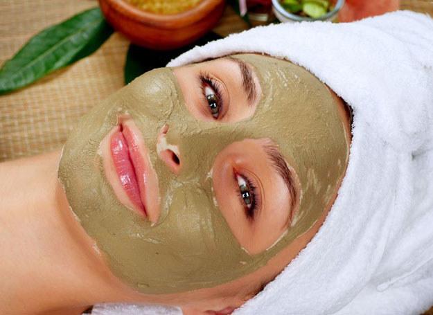 Masaż peelingującym żelem, letni prysznic, musująca kąpiel wygładzą i wzmocnią skórę /123RF/PICSEL