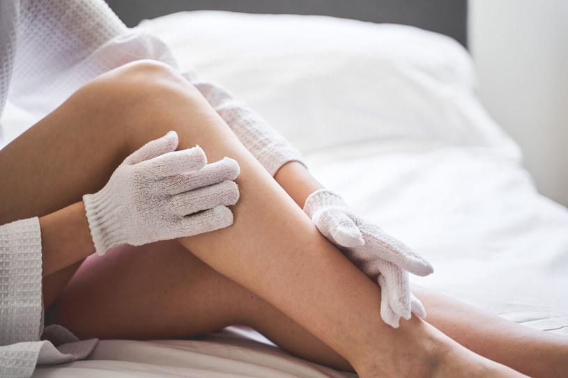 Masaż szorstką rękawicą pomoże wygładzić skórę /123RF/PICSEL