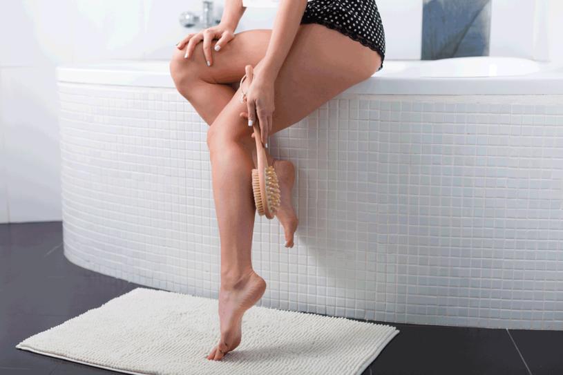 Masaż zaczynaj nad kostką i kończ poniżej kolana /123RF/PICSEL