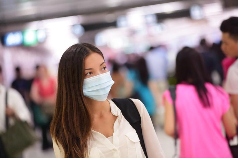 Maseczka chirurgiczna zapewnia ochronę maksymalnie przez 1,5 godziny /123RF/PICSEL