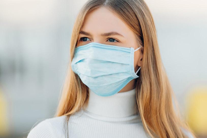 Maseczka nie zabezpiecza osoby, która ją nosi, ale chroni przez dalszym roznoszeniem wirusa /123RF/PICSEL