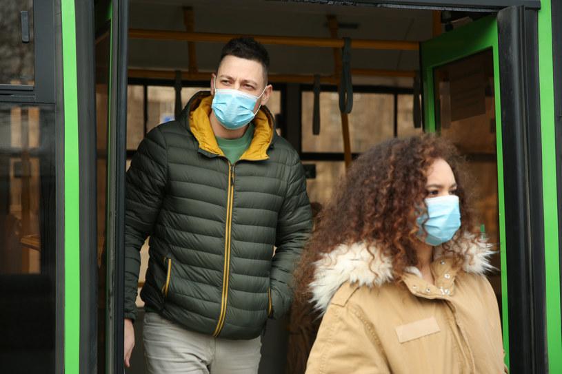 Maseczka powinna szczelnie zakrywać twarz i usta /123RF/PICSEL