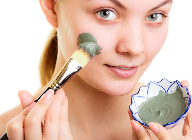 Maseczka to też miły relaks - gdy masz kosmetyk na twarzy, czujesz orzeźwiającą świeżość /123RF/PICSEL